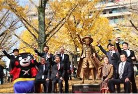 熊本県庁ルフィ銅像