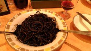家族で食事でも安く収まるサイゼリヤは庶民の味方です イカ墨